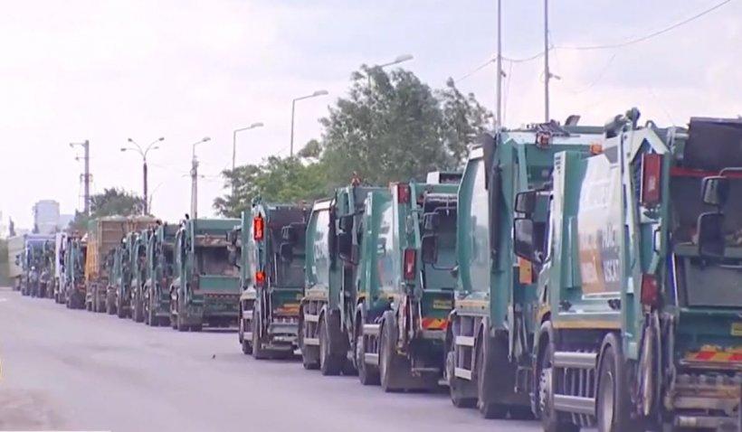 Coadă de zeci de mașini de gunoi la centrele de sortare din București