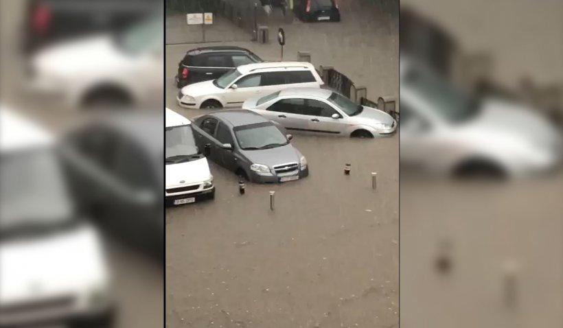 Potop în Craiova. Zeci de maşini au fost luate de apă pe străzi şi în parcări