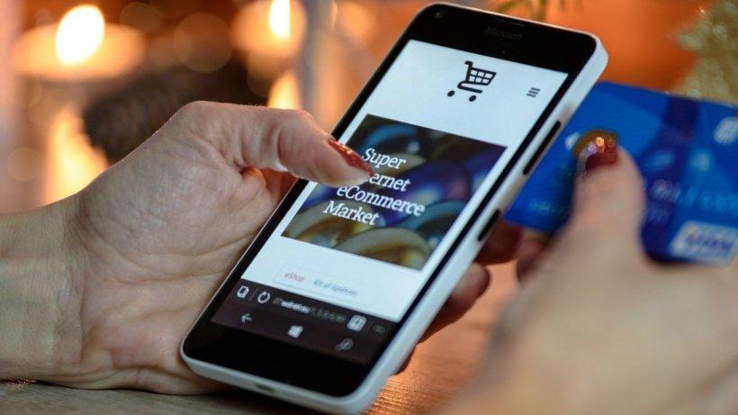 Lovitură pentru cei care fac cumpărături online din afara UE. Aceștia vor plăti taxe noi care vor crește semnificativ valoarea facturilor