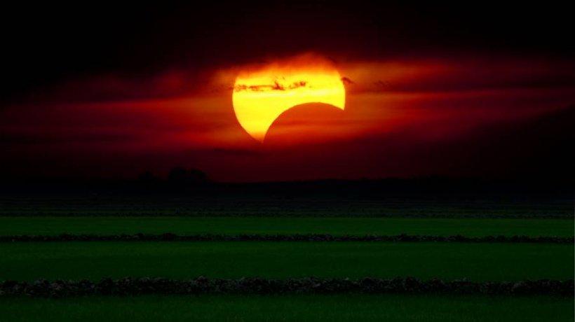 Cum poate fi privită eclipsă de Soare, vizibilă joi din România