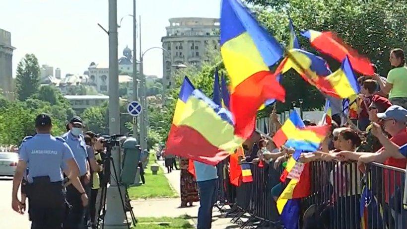 """Sute de persoane protestează în faţa sediului CCR din Capitală: """"Dorim ca toate persoanele nevaccinate şi netestate, să nu fie discriminate"""""""