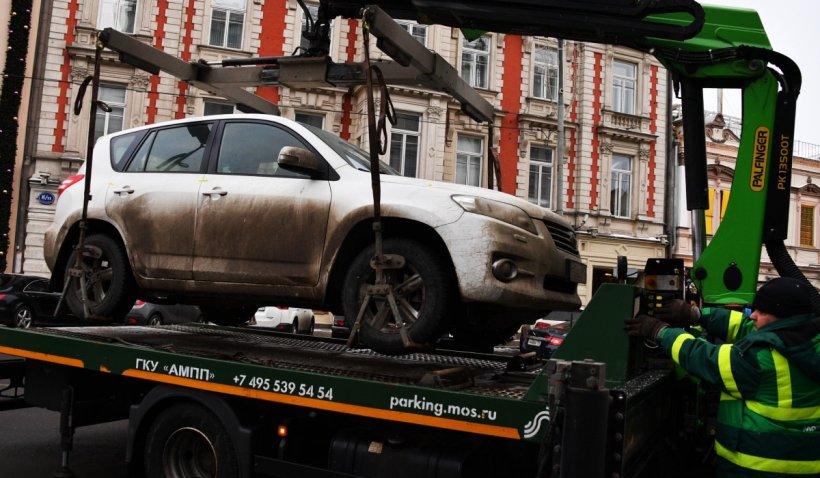 Un șofer din Alba Iulia s-a trezit cu maşina ridicată după ce locul de parcare a fost marcat pe sub autoturism
