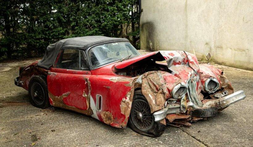 Un Jaguar izbit în copac şi ţinut 25 de ani într-un garaj, vândut la licitaţie cu peste 120.000 de dolari