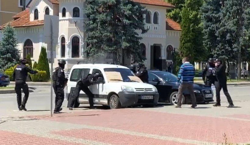 Mascații au spart geamul unei mașini pentru a salva un bărbat care amenința că se omoară cu o butelie de gaz
