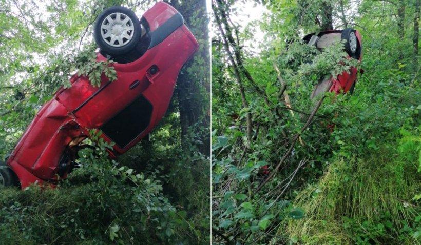 Un tânăr din Argeş a reuşit să urce un Logan în copaci, după un accident în Hârseşti