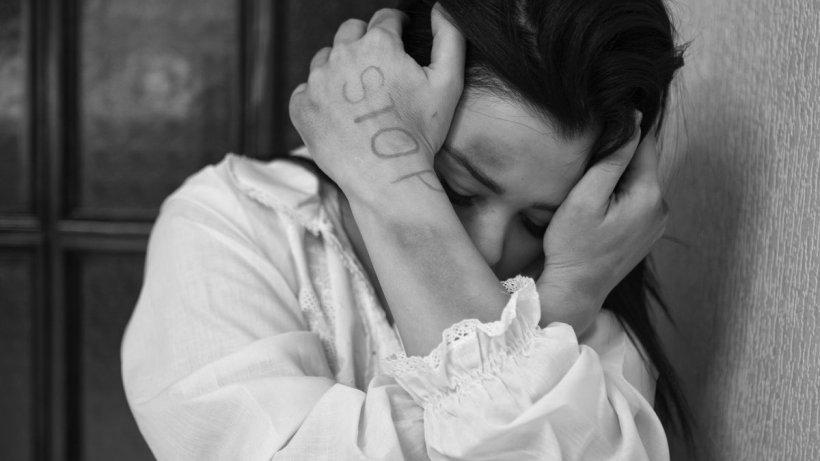 Tânără răpită de două femei și violată de mai mulți apropiați ale acestora, la Ploiești. 12 percheziții au loc în acest moment