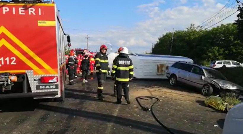 Accident cumplit în Dâmbovița! Doi morți și șapte copii răniți după ce un microbuz școlar s-a ciocnit cu un autoturism