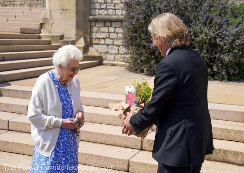 Prinţul Philip ar fi împlinit astăzi 100 de ani.Reginava planta un trandafir în memoria lui