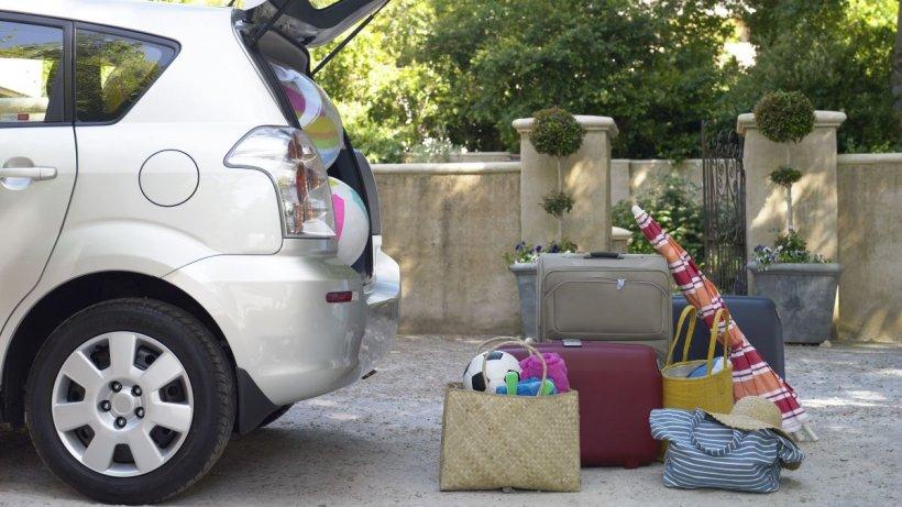 Cum eviţi accidentările în vacanţă. Mișcările greșite făcute atunci când ridicăm bagajul și când stăm în mașină