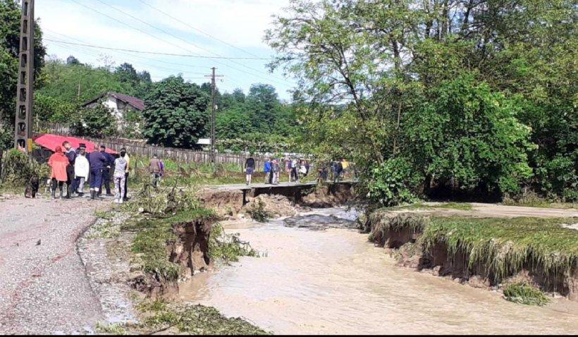 Un drum din județul Vâlcea a fost rupt după inundațiile din ultimele ore