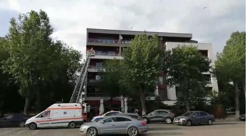 Un bărbat dezbrăcat complet a amenințat că se aruncă de la etaj, în Mamaia