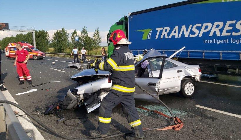 Accident grav pe A1 la vama Nadlac. Un autoturism a intrat într-un TIR staţionat pe banda de urgenţă