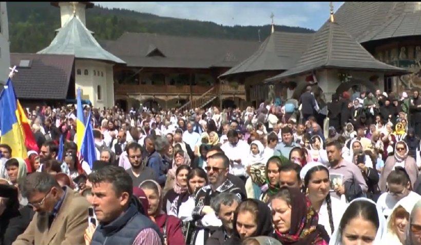 Peste o mie de credincioşi la slujba de pomenire a părintelui Iustin Pârvu din Neamţ