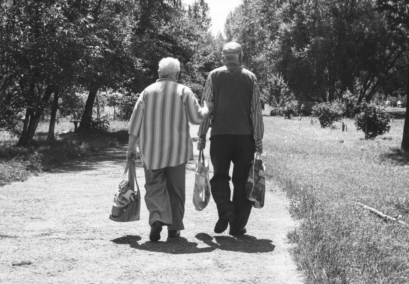 Un bătrân din Spania, gest deosebit de frumos pentru soția lui care suferă de artrită, după ce autoritățile au ignorat-o
