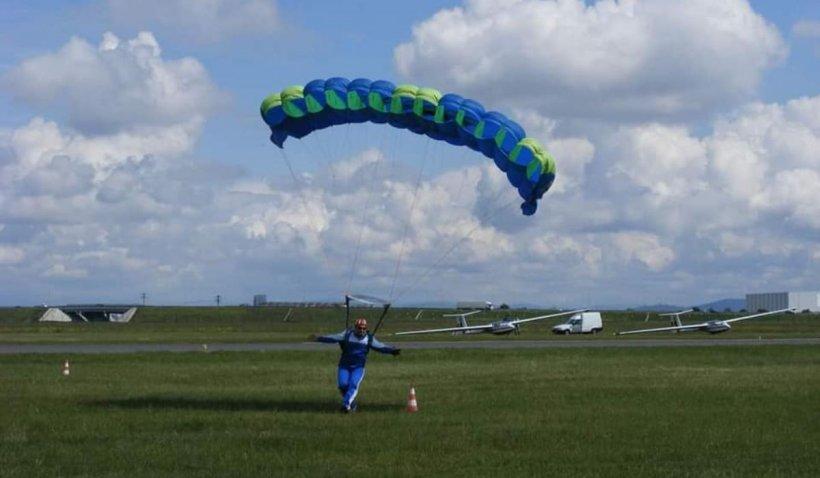 Un tânăr sucevean de 16 ani a căzut cu parașuta, după un salt de la 1200 de metri