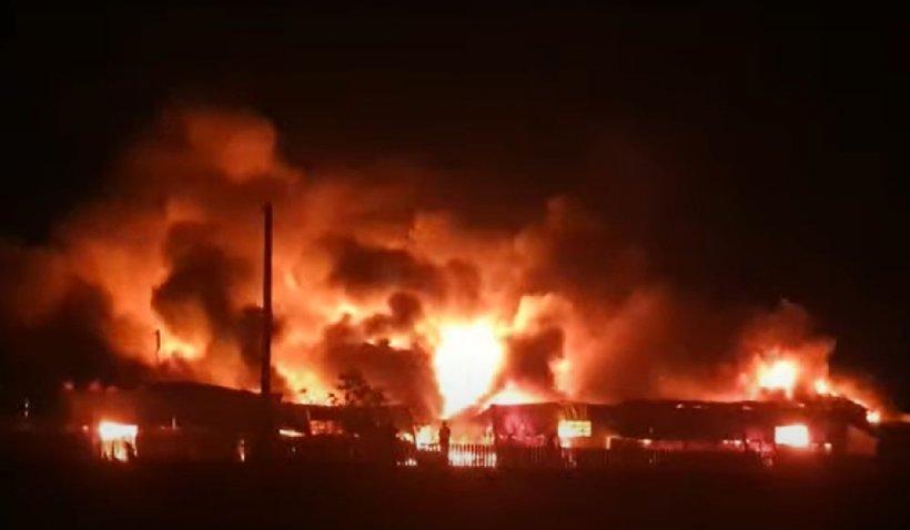 Incendiu puternic la un depozit de mase plastice din Bârlad. Se acţionează cu 13 autospeciale