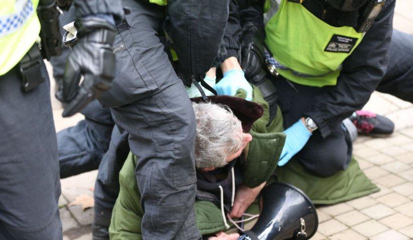Un jurnalist britanic a fost fugărit de manifestanții anti-restricții din Londra