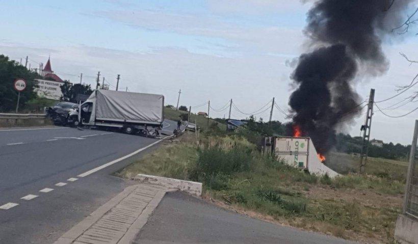 Un TIR a luat foc, după impactul cu un autoturism și alt camion. Traficul este blocat pe DN 79