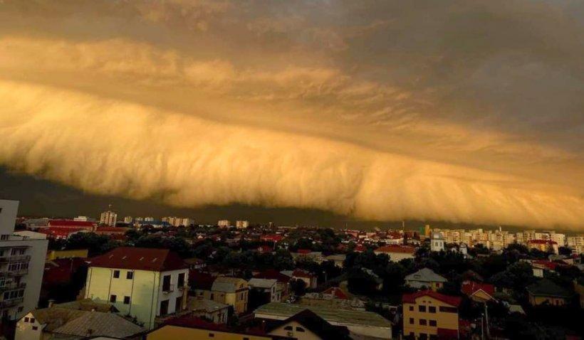 Nor uriaş pe cerul din Buzău, fenomen meteo spectaculos