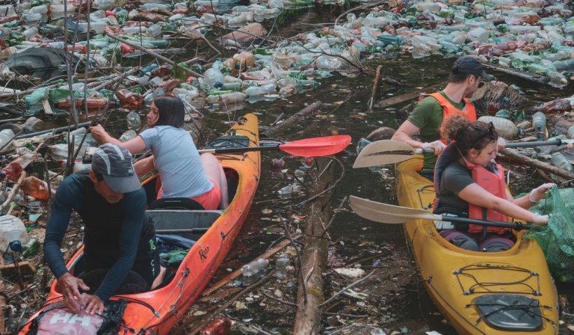 Aproximativ 3.500 de saci cu PET-uri, scoși din lacul Beliș după o acțiune de igienizare