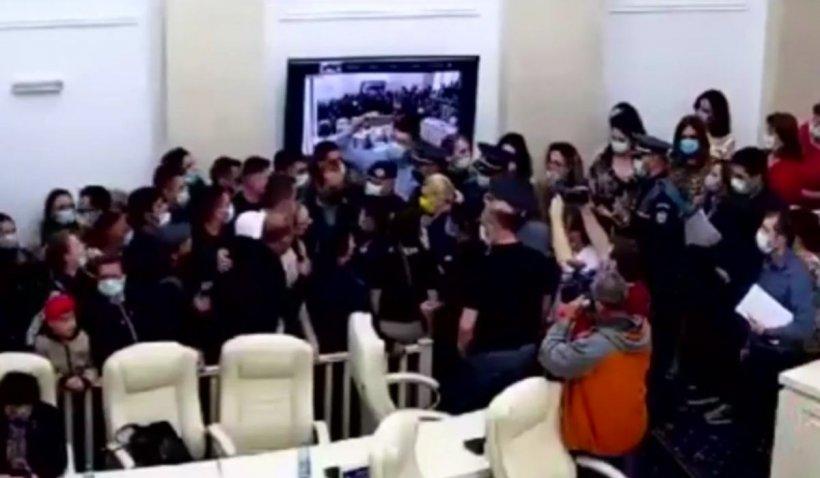 Ședință cu scandal la Primăria Focșani. Consilierii locali, evacuați de poliție și jandarmi