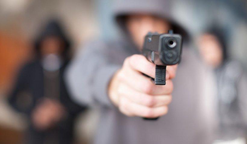 Tineri amenințați cu arma, tâlhăriți și sechestrați în Capitală