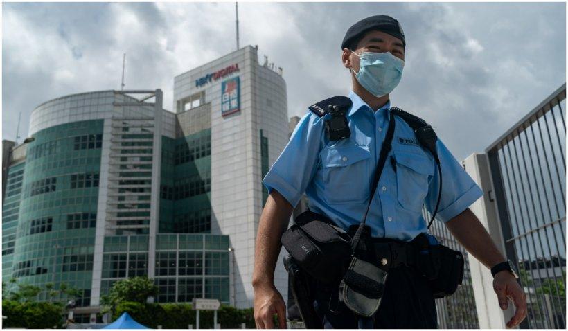 Sute de polițiști au intrat în sediul Apple Daily, un ziar critic la adresa Chinei, și i-au arestat pe șefii publicației