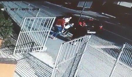 O mamădin Craiova filmată când își ia copiii cu forța de la grădiniță