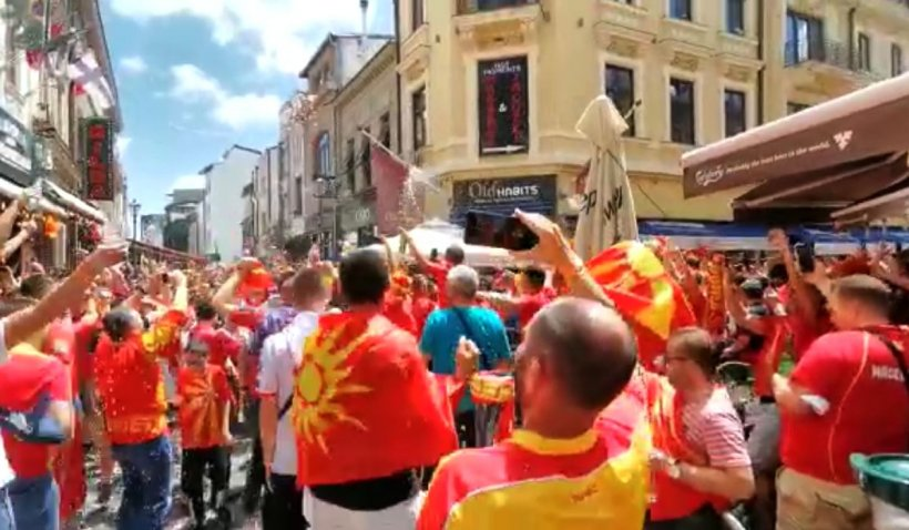 Suporterii din Macedonia de Nord, spectacol unic în Centrul Vechi înaintea meciului de la Euro 2020