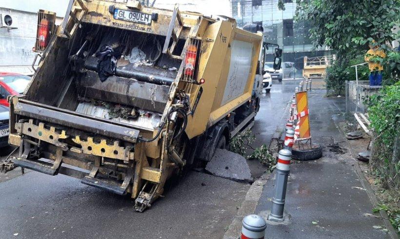 O autospecială de gunoi a căzut într-o groapă nesemnalizată din Galați