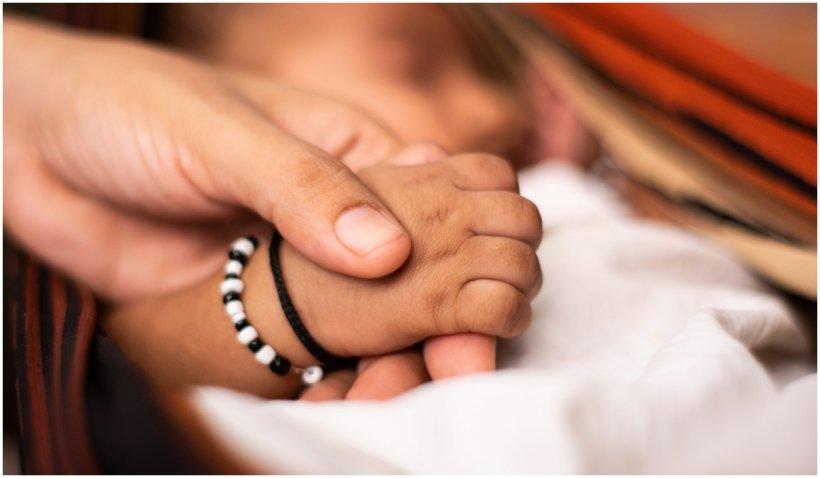 Un bebeluș a fost găsit într-o cutie care plutea pe râul Gange