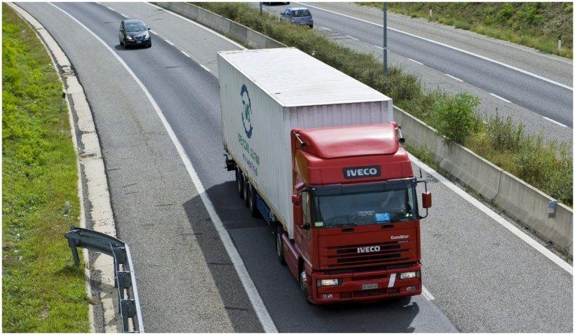 Trafic blocat pe mai multe artere din ţară din cauza protestului transportatorilor. TIR-urile circulă cu o viteză mult mai redusă