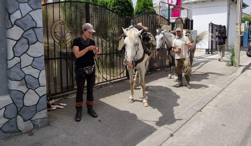 Doi turişti care colindă lumea cu doi cai şi un câine s-au rătăcit pe străzile din Craiova