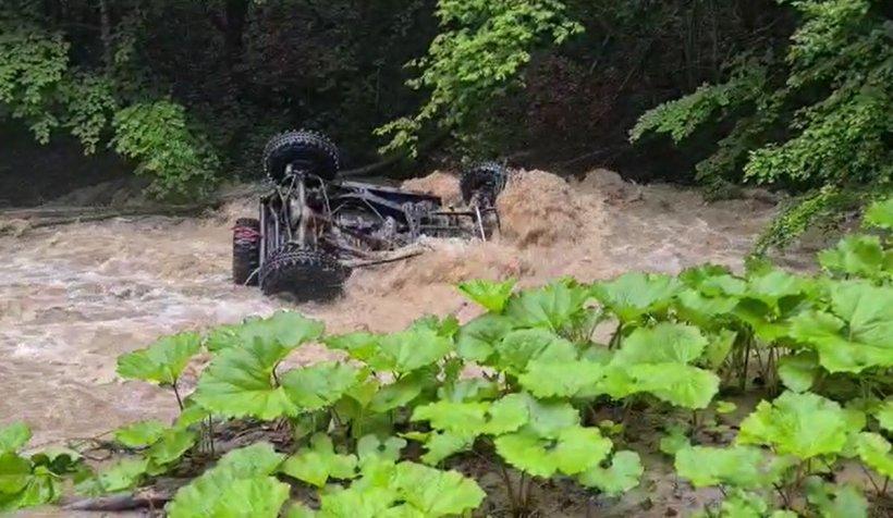 O maşină de la o competiţie off road s-a răsturnat în râul Oituz, pilotul a murit