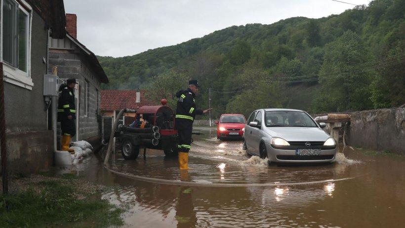 Ploile puternice au lăsat în urmă dezastru! Doi oameni au fost luaţi de ape, iar numeroase case au fost inundate