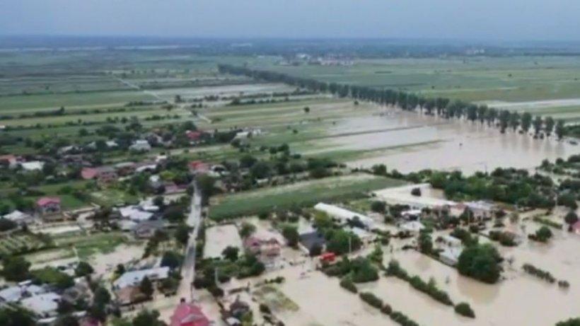 Ploile au devastat jumătate din ţară. Doi oameni au murit, iar 32 de localităţi au fost inundate