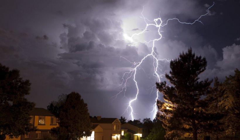 Sfatul pompierilor: Evitați dușurile în timpul furtunilor