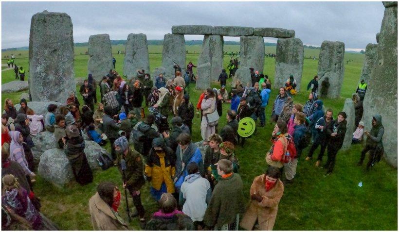 Monumentul de la Stonehenge, luat cu asalt la solstițiu, deși era închis