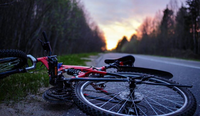 Un tânăr din Buşteni a murit, după ce a intrat cu bicicleta într-un stâlp de beton