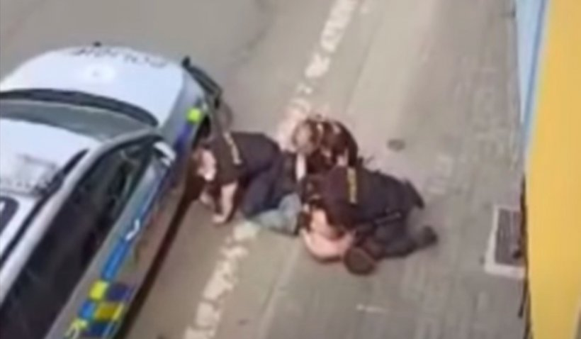 Un tânăr rom a murit în Cehia, după ce polițiștii s-au așezat cu genunchii pe gâtul lui, ca în cazul George Floyd