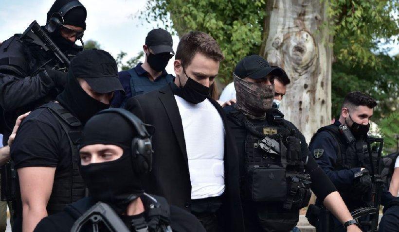 Un criminal din Grecia a fost dus la tribunal cu o vestă antiglonț și escortă înarmată, după ce și-a asfixiat soția și spânzuat câinele