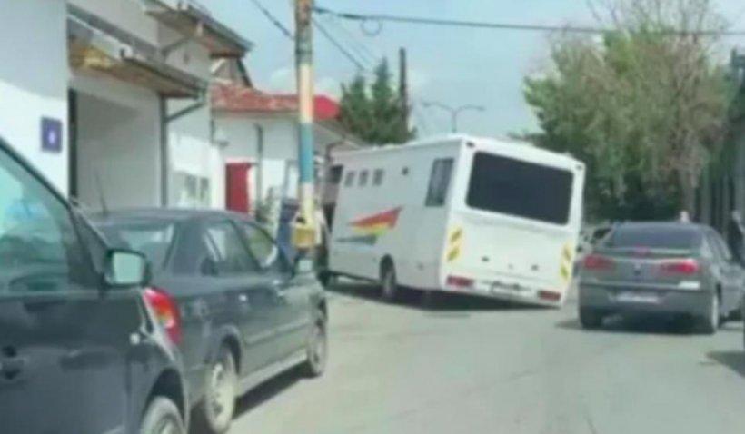 Dubă cu deținuți, blocată într-o groapă din asfalt, pe un drum din Craiova