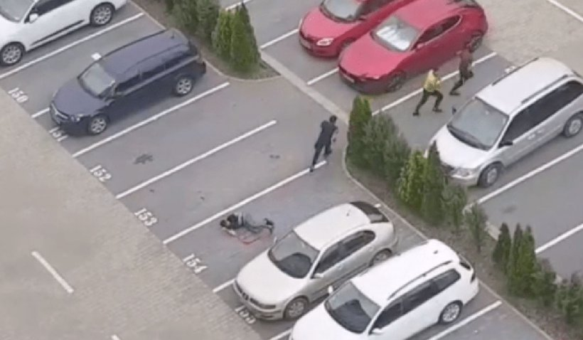 Un tânăr de 23 de ani a fost snopit în bătaie de trei indivizi într-o parcare din Braşov