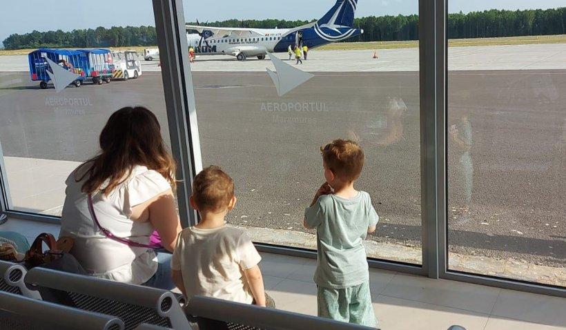 Mai mulţi copii au fost ţinuţi fără apă, pe caniculă, pe aeroportul din Baia Mare, după ce decolarea a întârziat ore bune