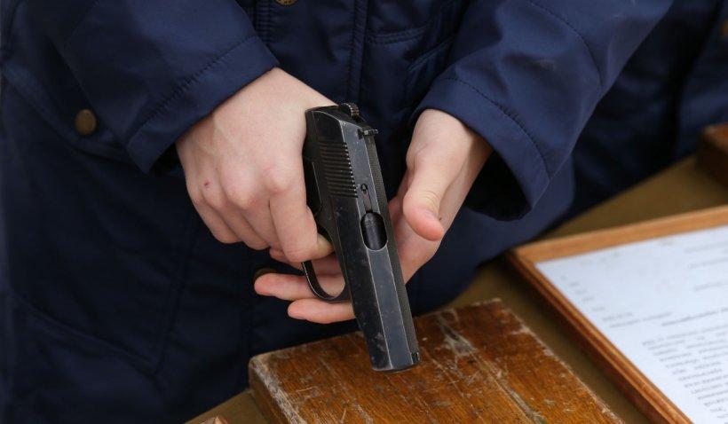 S-a aflat cine este interlopul care și-a uitat pistolul în cabina de probă a unui magazin