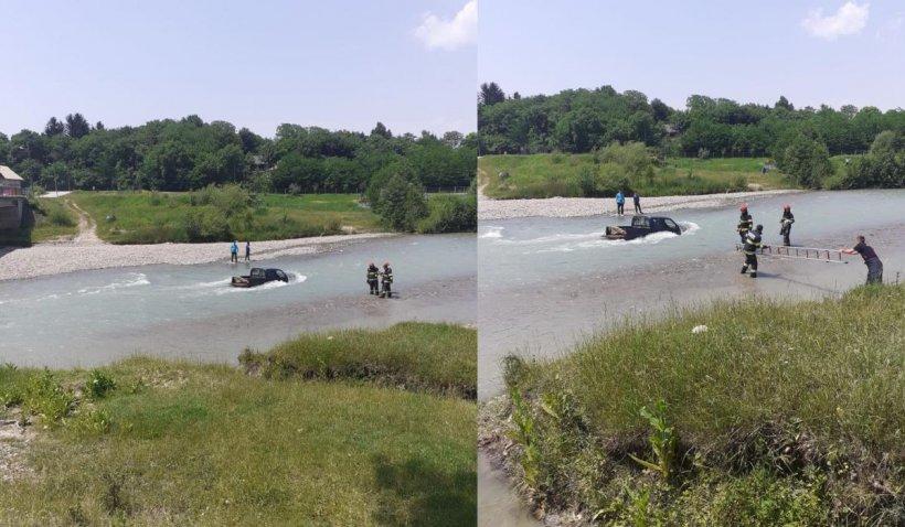 Două persoane au vrut să își spele mașina în râu, dar au fost luate de viitură, în județul Prahova