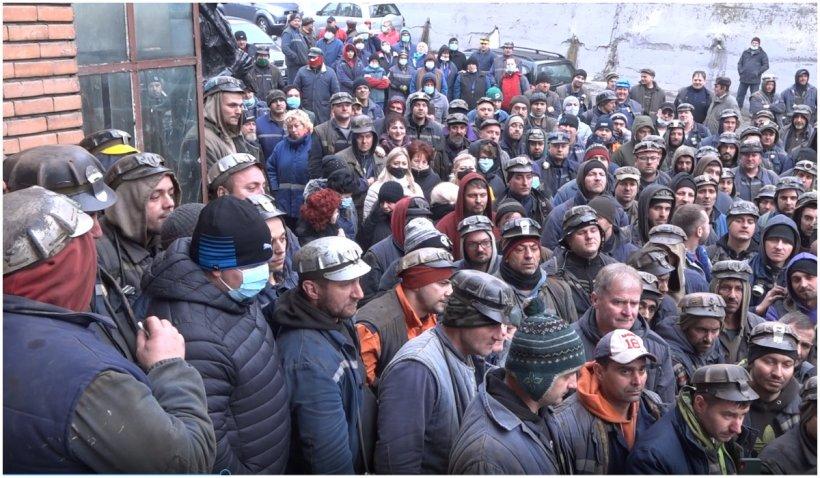 Protest spontan al minerilor din Valea Jiului. Ortacii au refuzat să intre în mină, nemulțumiți că le întârzie salariile
