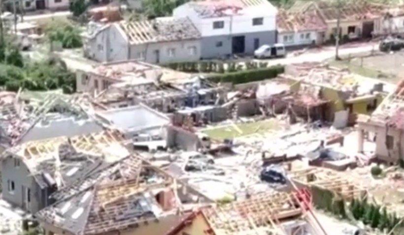 Un român a povestit la Antena 3 cum a scăpat cu viață din tornada care a devastat Cehia. Imagini exclusive