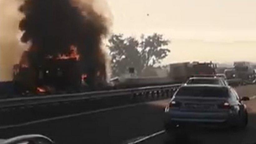 Incendiu uriaș pe Autostrada A1! Un camion arde ca o torță iar intervenția pompierilor este extrem de dificilă