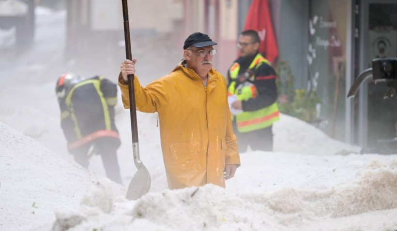 Strat de grindină de peste jumatate de metru într-un oraș din Franța: Localnicii sunt în stare de șoc după furtună